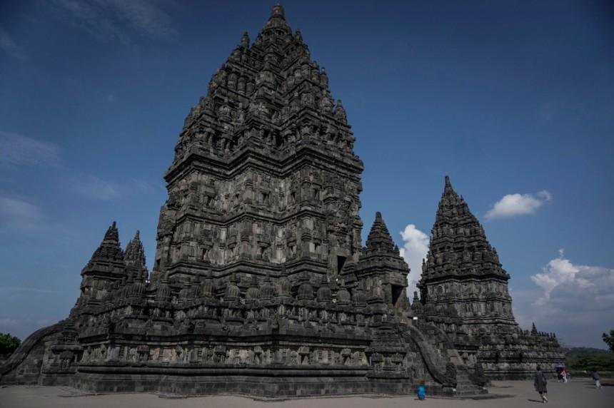 Wisatawan mengunjungi obyek wisata Taman Wisata Candi Prambanan di Sleman, DI Yogyakarta, Kamis (22/6)