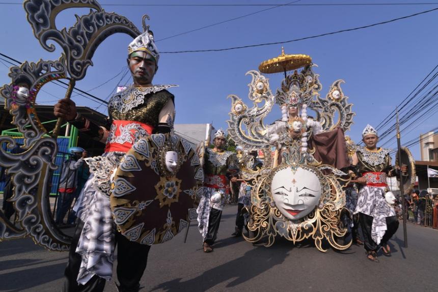 Peserta mengikuti Caruban Carnival di Cirebon, Jawa Barat