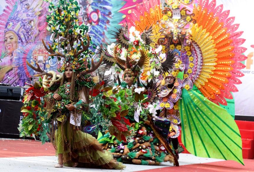 "Sejumlah model mempertontonkan keindahan busana bertema bunga dalam kegiatan ""Malang Fahion Flower Carnival"" dengan tema Eksotika Bunga Nusantara di Jalan Ijen, Malang, Jawa Timur,"
